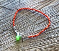 9080712 Браслет из красной нити с камнем Кошачий глаз (зелёный) тонкая плетёнка
