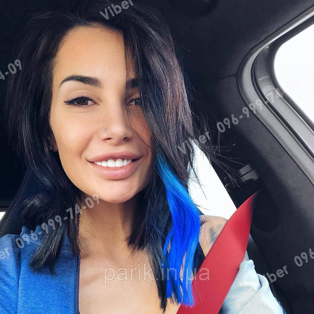 Ярко синие пряди волос на заколках