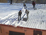 Очистка плоской крыши от мусора, снега, наледи, сосулек