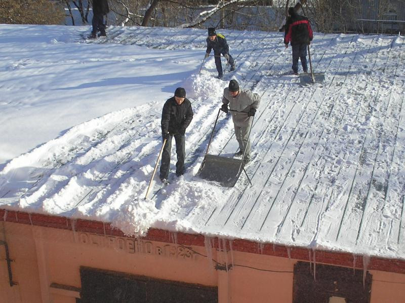 очистка скатной крыши