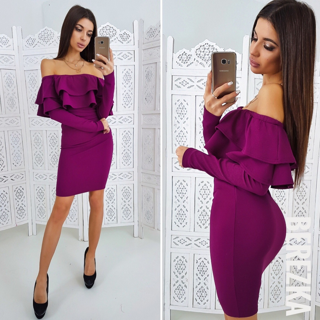 78c7218ac22e3bd Элегантное женское платье-футляр (трикотаж кукуруза, длинные рукава, открытые  плечи, воланы) РАЗНЫЕ ЦВЕТА!