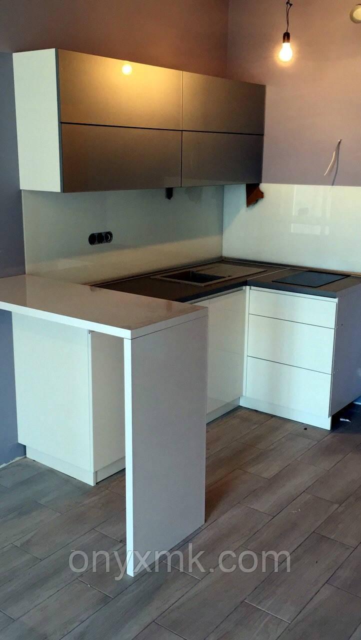 Угловая кухня в квартире-студии с барной стойкой