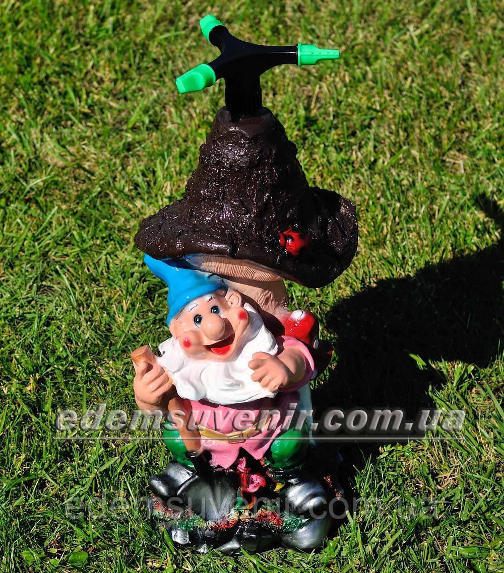 Садовая фигура Гном поливайка с грибом