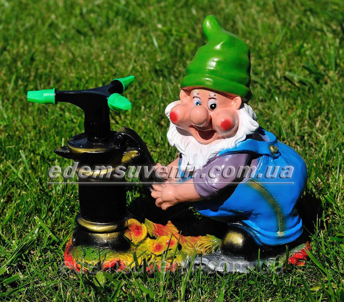 Садовая фигура поливайка Гном у колонки