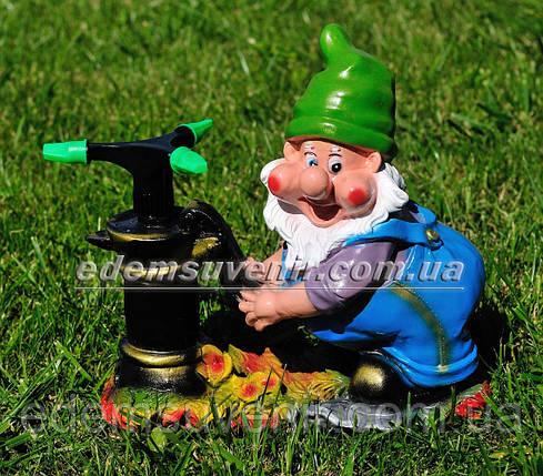 Садовая фигура поливайка Гном у колонки, фото 2