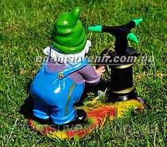 Садовая фигура поливайка Гном у колонки, фото 3