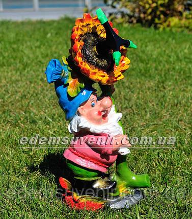 Садовая фигура поливайка Гном с подсолнухом, фото 2