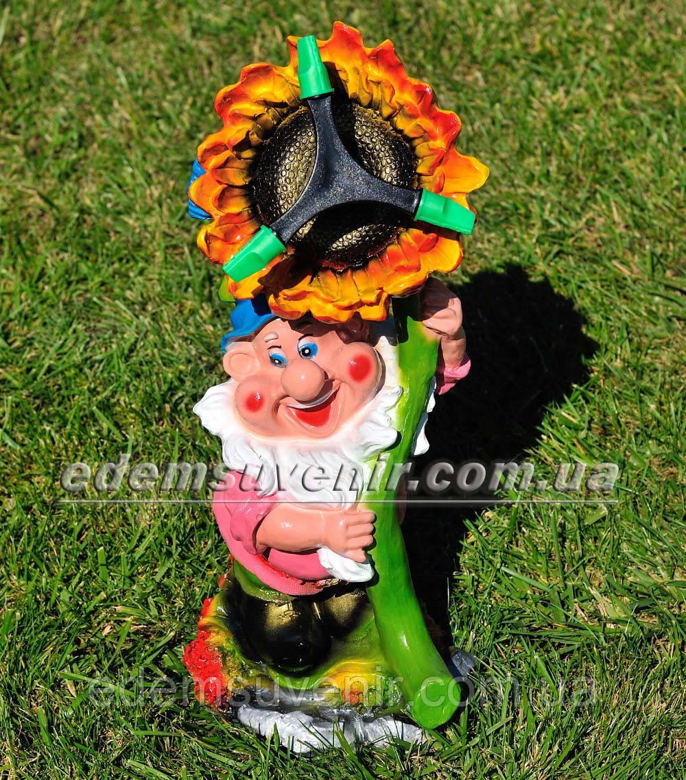 Садовая фигура поливайка Гном с подсолнухом