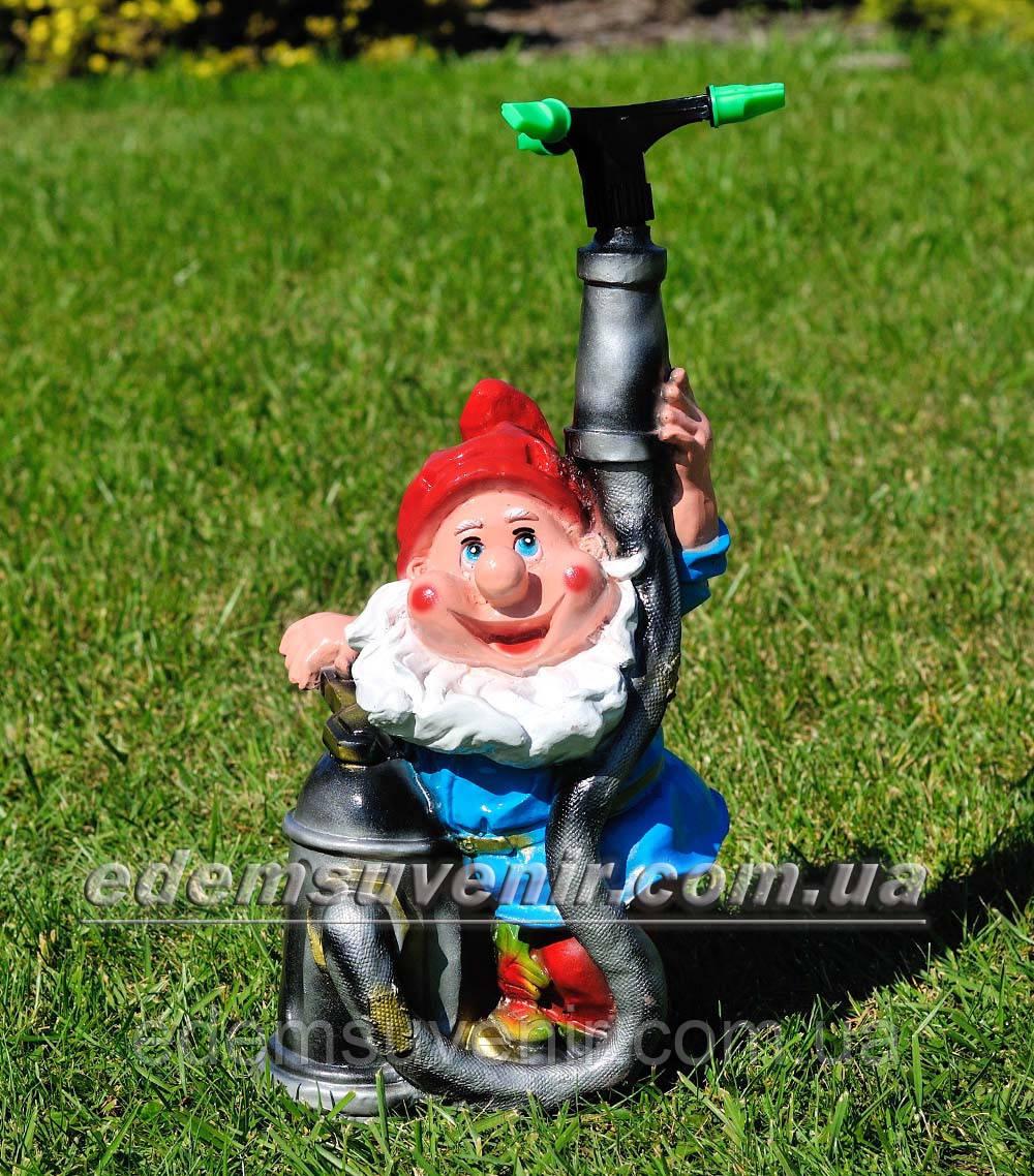 Садовая фигура поливайка Гном пожарник