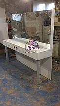 Широкий гримерный стол с подсветкой на два рабочих места, большое зеркало с лампами
