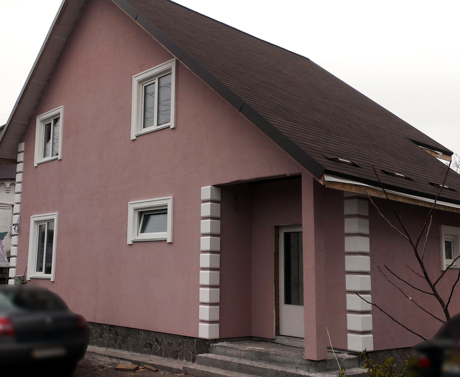 Рустовочный кмень в дизайне фасада дома