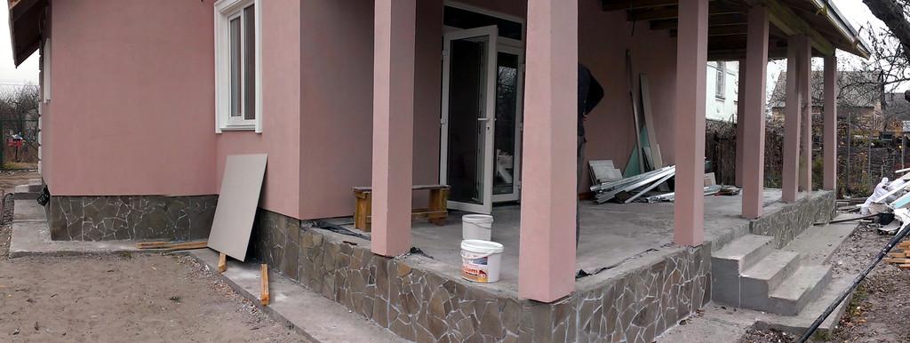 Рустовочный кмень в дизайне фасада дома 2