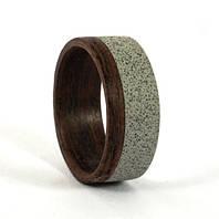 Мужское обручальное кольцо и бетона и дерева от Wickerring