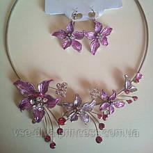 Набір біжутерії під срібло з фіолетовими квітами та різнокольоровими каменями, кольє і сережки