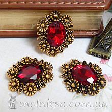 Камень в оправе с цветочками под античное золото 24х20 мм, темно-красный