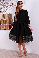 Женское платье украшено черным кружевом
