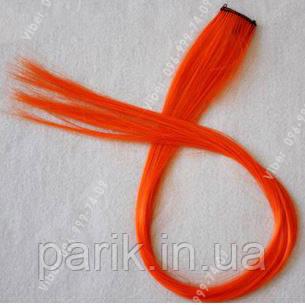 Яскраво моркв'яні кольорові пасма волосся на заколках
