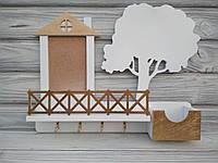 """Оригинальная деревянная настенная ключница """"House"""" белого цвета с полочкой и рамкой"""