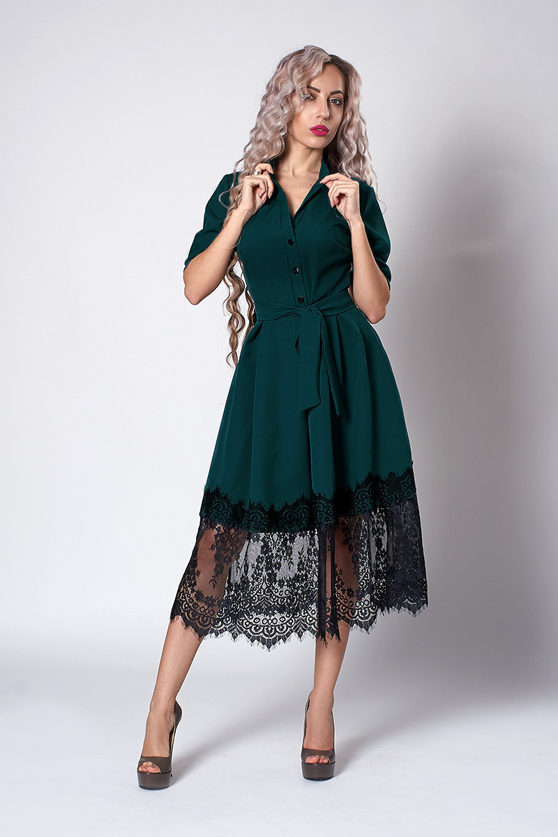 Бутылочное женское платье украшено французким кружевом