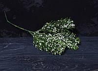 Ветка сосны в блестках и снежинках, фото 1