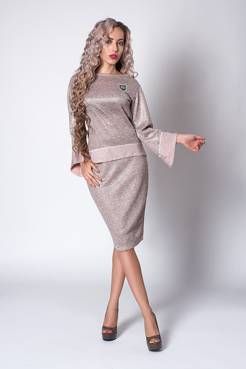 Модный женский костюм из трикотажа с люрексом бежевый