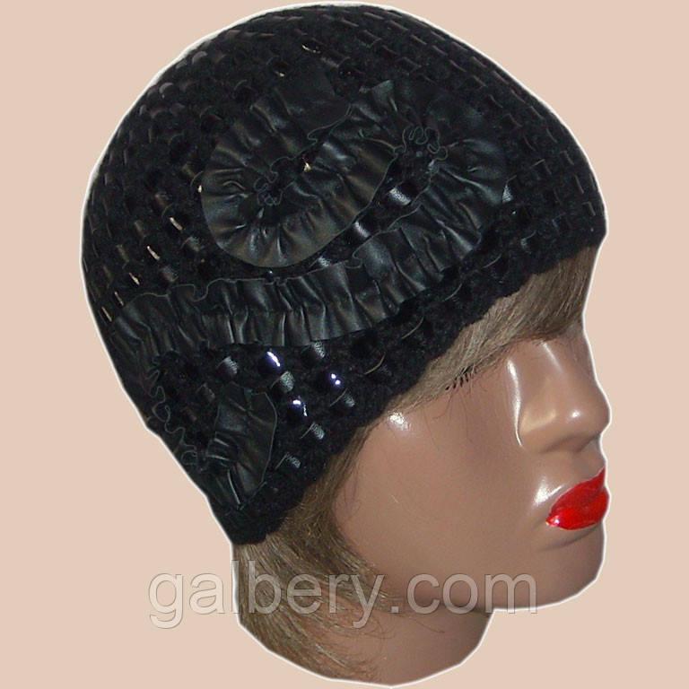 Вязаная женская шапка черного цвета c элементами кожи