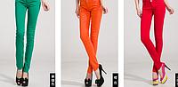 Узкие яркие джинсы.
