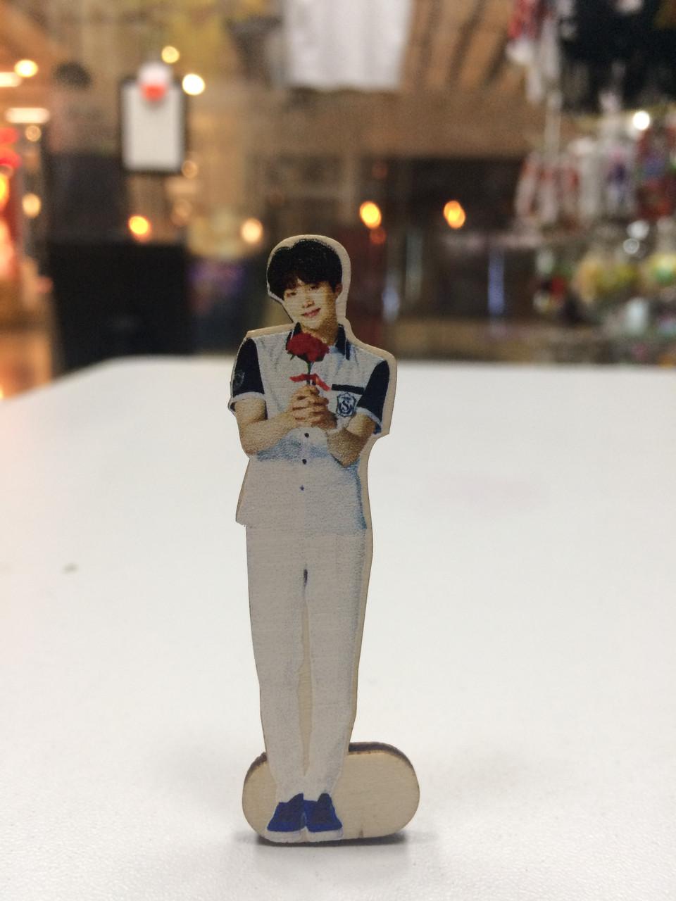 Деревянная фигурка Suga Bts K-pop на подставке