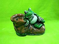 Гипсовое кашпо «Жаба на ботинке»