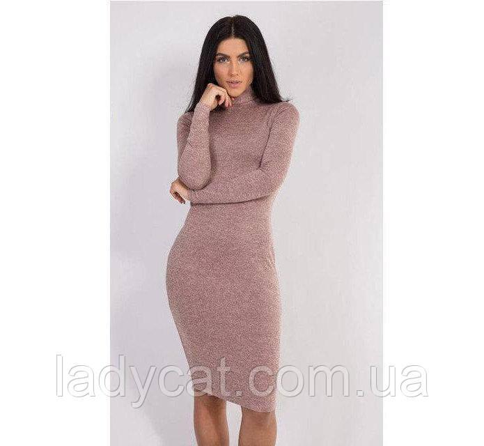 Теплое облегающе платье-гольф из ангоры пудрового цвета
