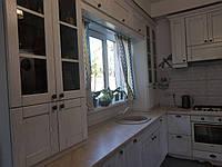Кухня угловая в короткие сроки купить в Киеве. Фасад из деревянного шпона дуба.