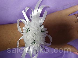 Браслет на руку из роз для свидетельницы (три розочки бархат белые)