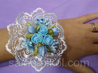 Браслет на руку из роз для свидетельницы (три розочки бархат голубые)