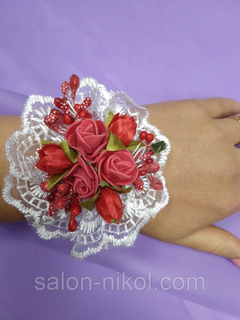 Браслет на руку из роз для свидетельницы (три розочки бархат красные)