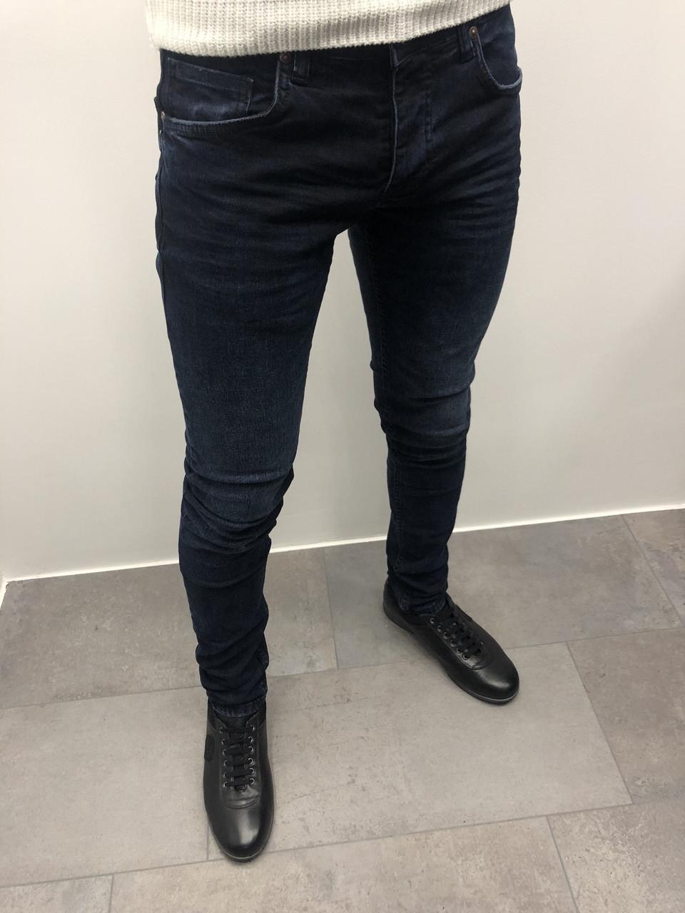 Мужские джинсы темно-синие с заклепками