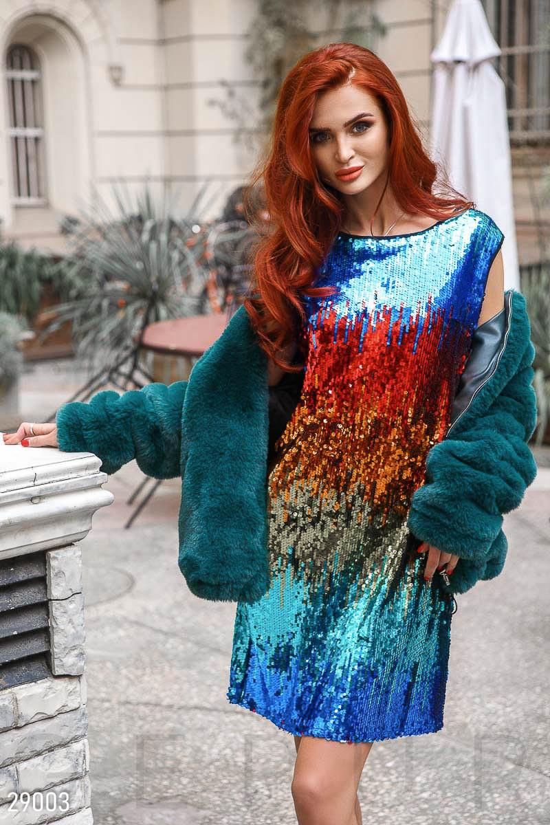 Нарядное платье мини из цветных пайеток приталенное без рукав красно синее