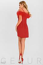 Нарядное платье мини приталенного силуета на тонких бретелях с открытыми плечами красное, фото 2