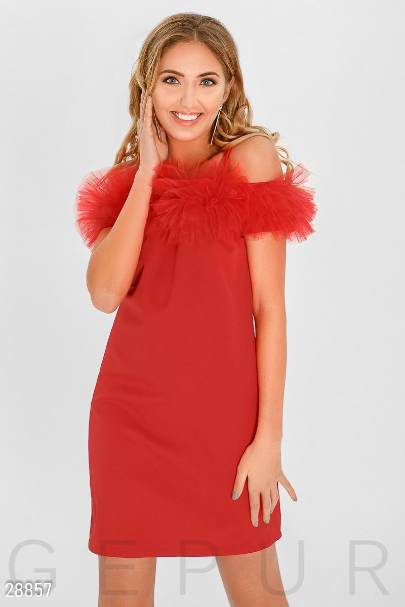 Нарядное платье мини приталенного силуета на тонких бретелях с открытыми плечами красное