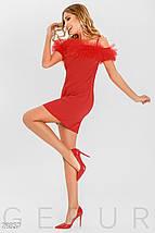 Нарядное платье мини приталенного силуета на тонких бретелях с открытыми плечами красное, фото 3