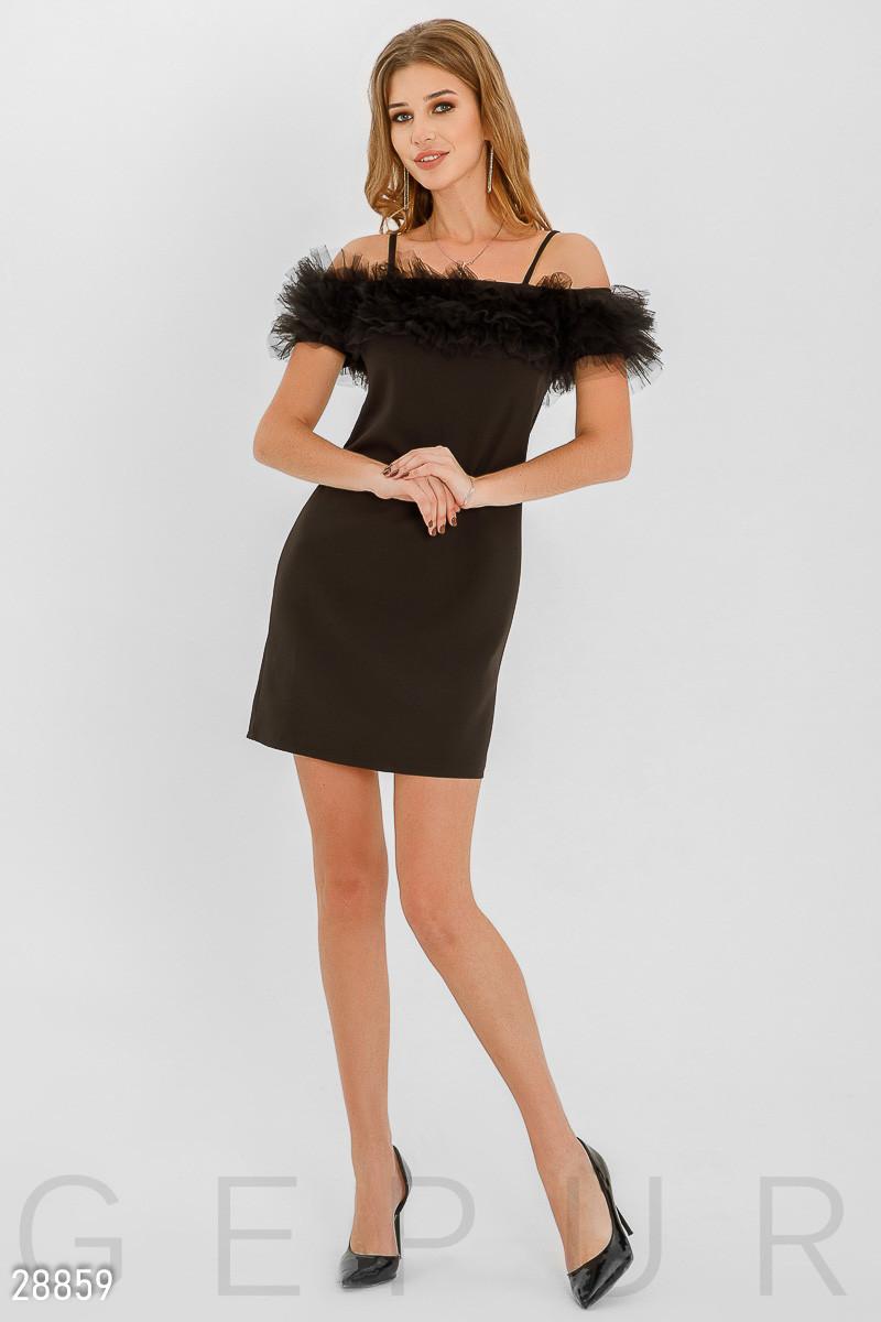 Вечернее платье короткое приталенное на тонких бретелях с открытыми плечами оборка черного цвета