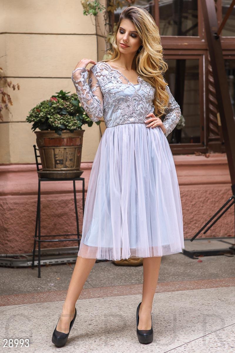 Вечернее платье миди с пышной юбкой с длинными рукавами светло серое