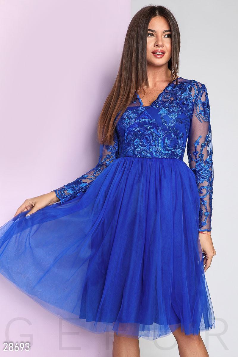 Вечернее платье средней длины с пышной юбкой с длинными прозрачными рукавами ярко синее