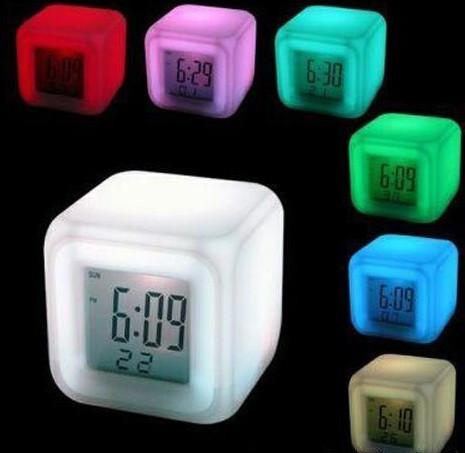 Часы хамелеон с будильником и термометром, меняющие цвет
