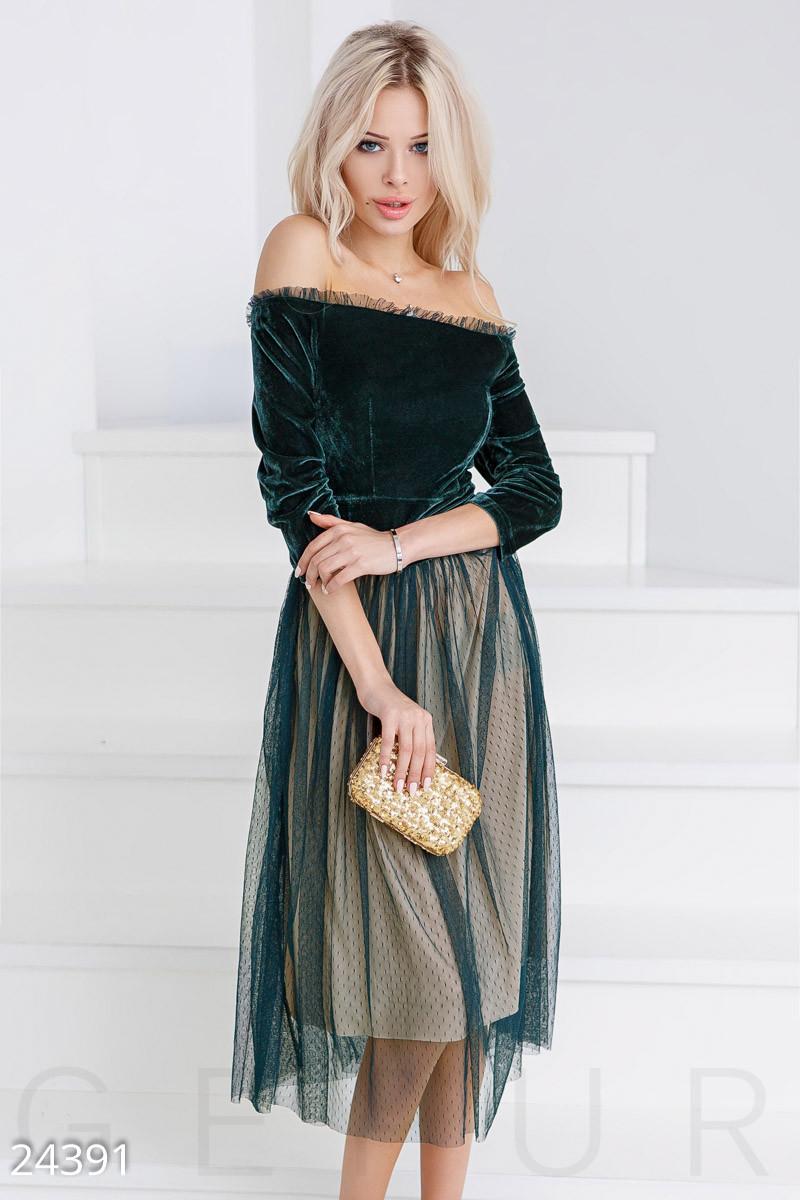 Вечернее платье средней длины с пышной юбкой рукав три четверти открытые плечи изумрудное с кремовым