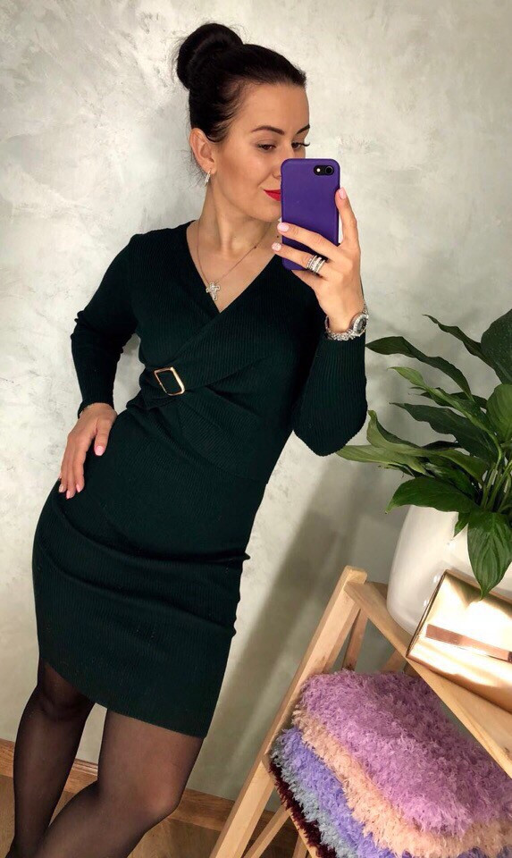 Трикотажное платье с драпировкой спереди и брошью. Размер: 42-46. (0113)
