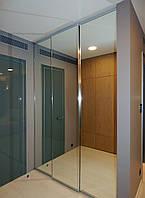 Встроенный шкаф-купе в спальне с зеркальными фасадами