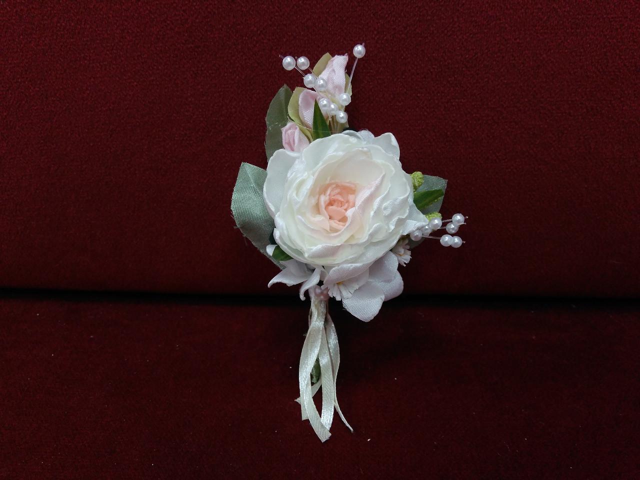 Свадебная бутоньерка из пион айвори с персиковым