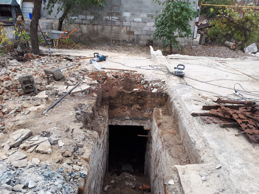 Подвальное помещение, которое заказчик решил засыпать грунтом и немного строительным мусором.