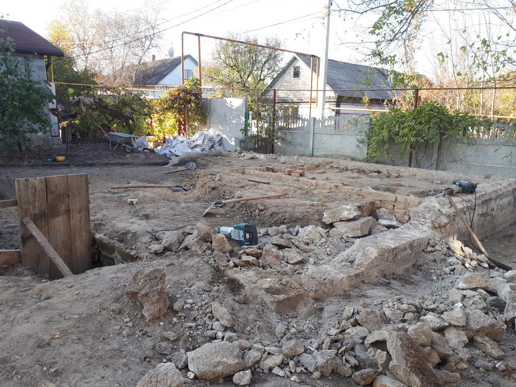 С помощью бетонолома и отбойного молотка добивается фундамент. тоже был сделан на совесть.