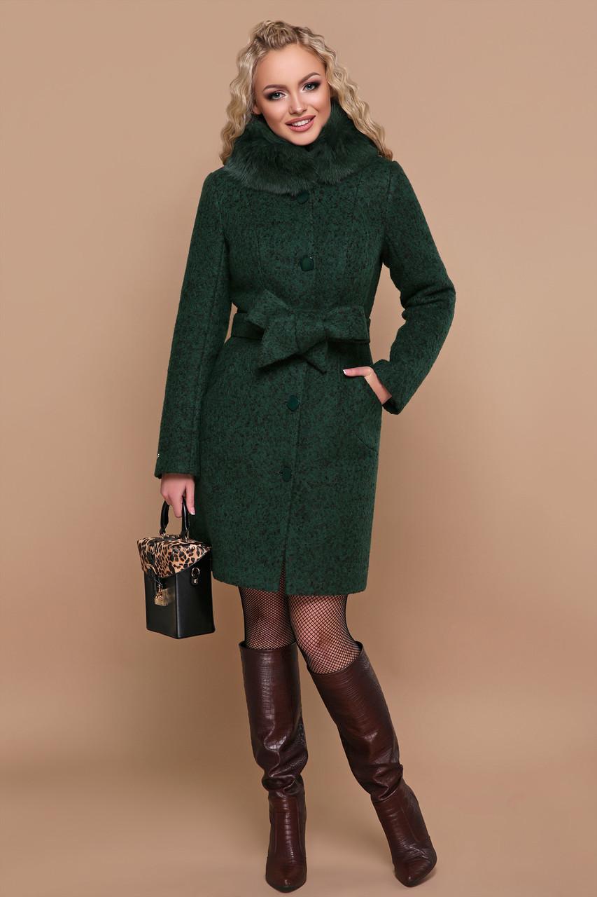 Зимнее пальто с меховым воротником изумрудное